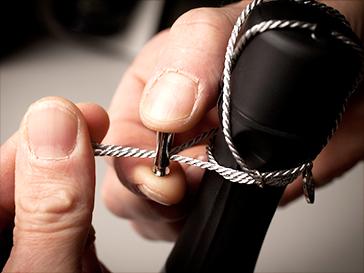 昔ながらの伝統を引き継いで作られ、すべての工程が職人による手作業で行われています。